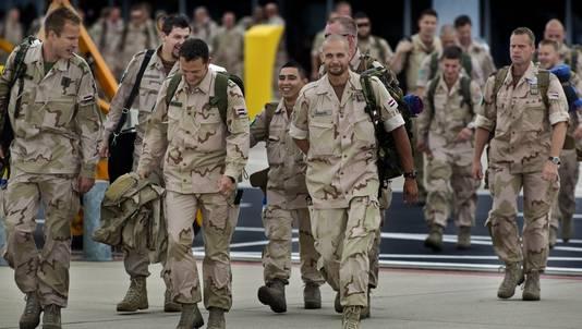 Militairen lopen op vliegbasis Eindhoven naar het vliegtuig richting Kunduz. Ruim 160 militairen vertrokken naar de Afghaanse provincie voor de politietrainingsmissie.