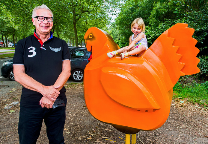Peter Buisman bij de - destijds oranje - geverfde kip.