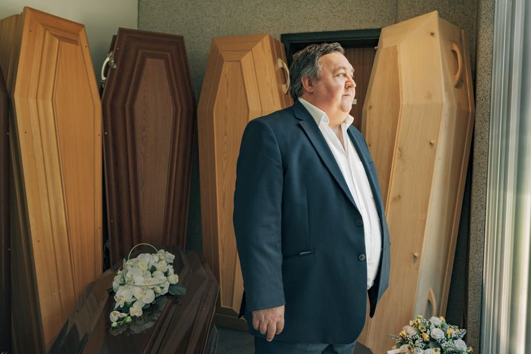 Begrafenisondernemer Patrick Heirbrant: 'We hebben allemaal de choquerende beelden gezien van koelwagens die geparkeerd stond aan de New Yorkse ziekenhuizen. Maar hier is net hetzelfde gebeurd.' Beeld Illias Teirlinck