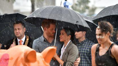 Prins Harry doet wat Trump niet deed: Meghan mag wel mee schuilen onder zijn paraplu