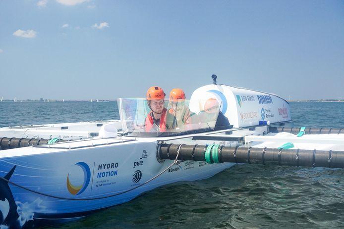 Archiefbeeld ter illustratie: Hidde Jansen aan het stuur van de 'vliegende waterstofboot'.