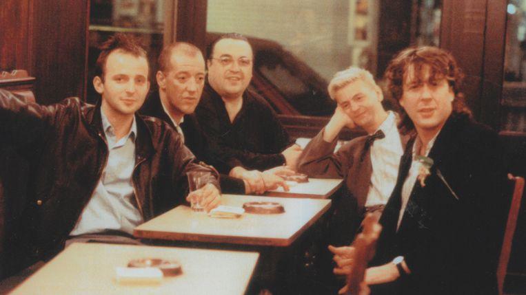 'We hebben elkaar leren kennen op café in Brussel. Een shot geven tegen het establishment: dat is wat ons bond.' (v.l.n.r.: Deruddere, Josse De Pauw, Marc Didden, Jan Decorte en Arno) Beeld VRT