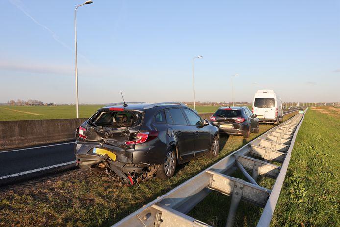 Bij een kop staart botsing op de N50 waren drie personenauto's en een bestelwagen betrokken