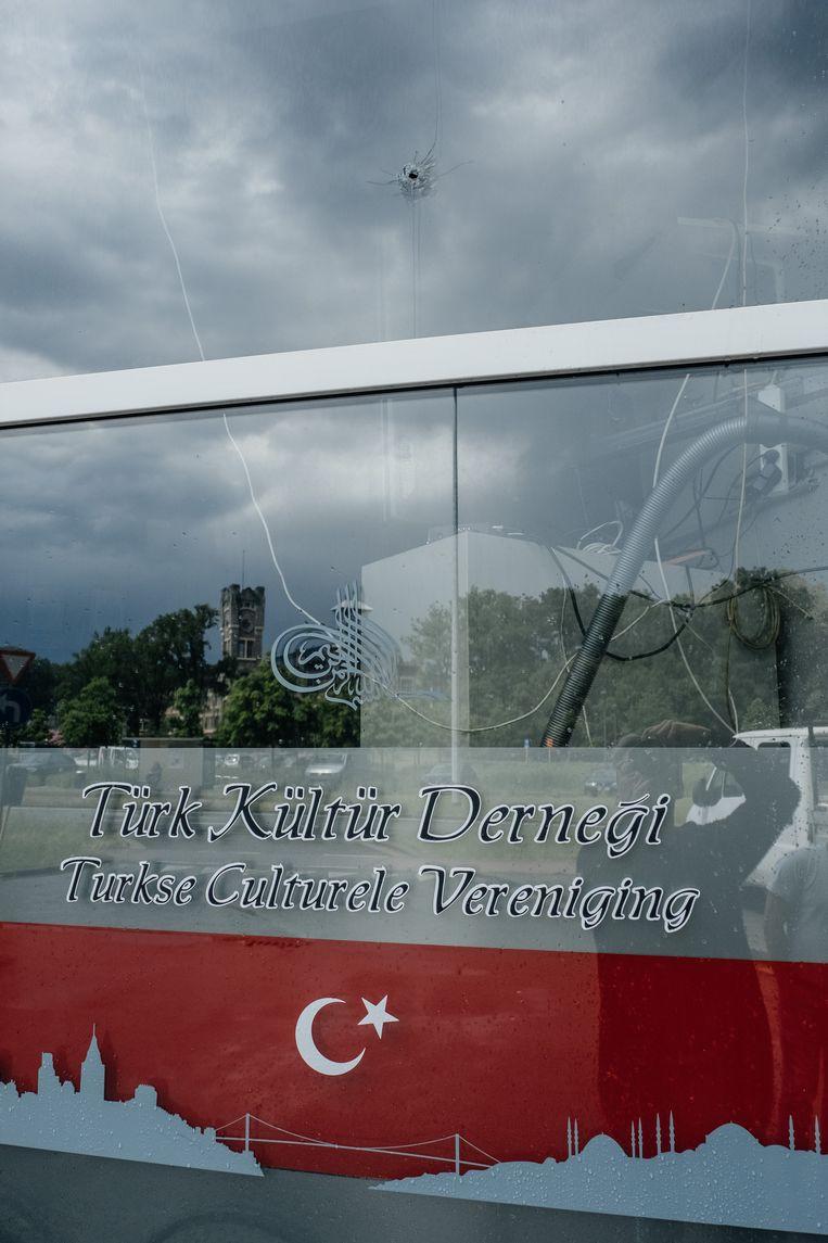 Het Turkse cultuurhuis werd vorig jaar bekogeld.  Beeld Wouter Van Vooren