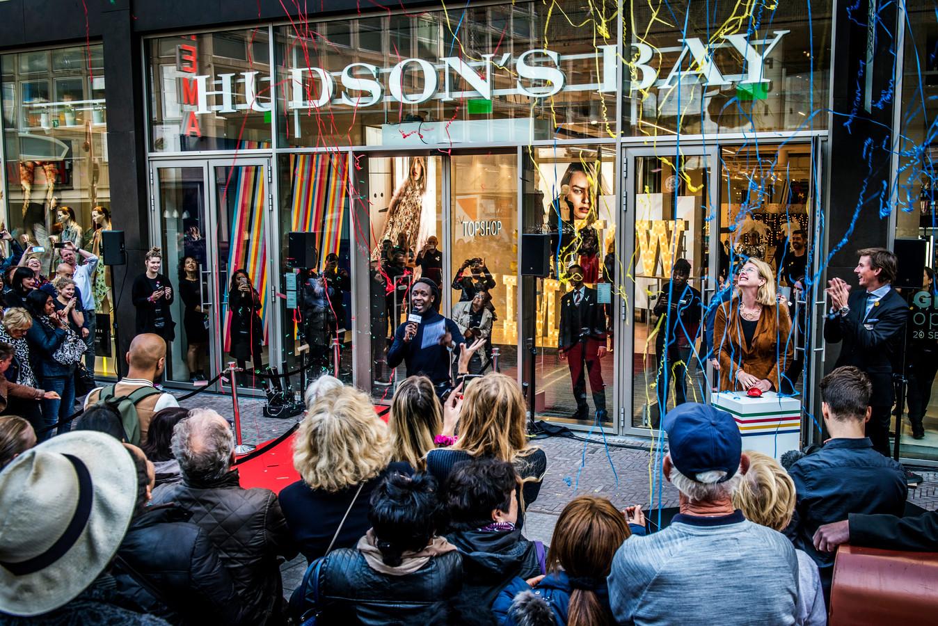 De feestelijke opening van de nieuwe warenhuizen, zoals hier in Den Haag, werd al snel overschaduwd door negatieve berichten.