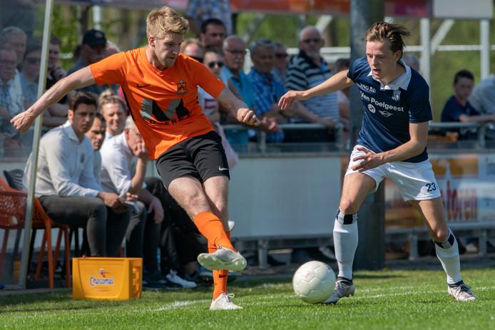 Rick Hemmink van HHC (links, tegen HFC) was met twee doelpunten in het eerste kwartier tegen HSC'21 weer belangrijk.