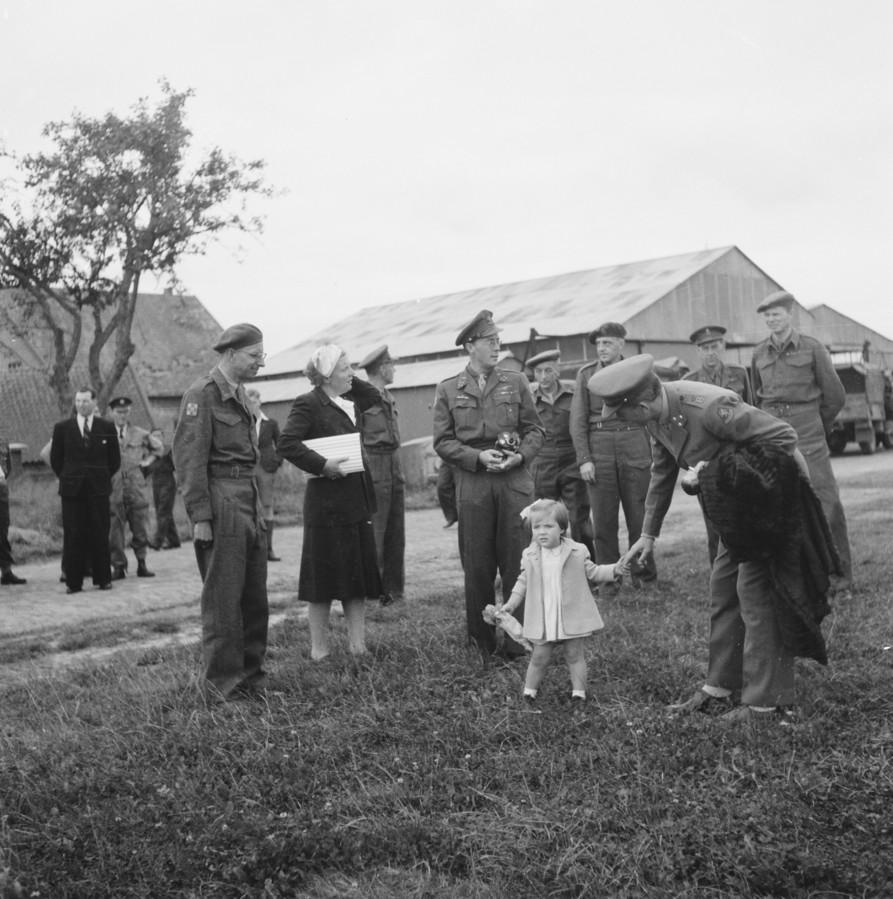 Juliana, Prins Bernhard en Prinses Margriet kort na de landing op vliegveld Teuge. De twee loodsen rechts op de foto bestaan nog steeds.