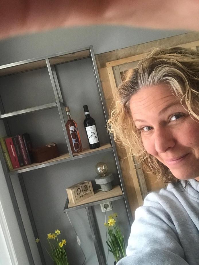 Tessa Boomkamp, met op de achtergrond een eigengemaakte kast.