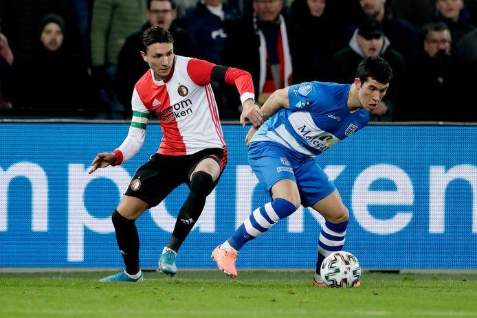 Pelle Clement (rechts), aanvoerder van PEC Zwolle duelleert met Feyenoord-aanvoerder Steven Berghuis.