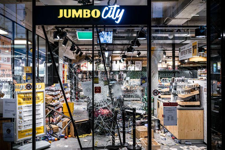 Grote schade en plunderingen bij een supermarkt in het Centraal Station van Eindhoven na ongeregeldheden in de binnenstad. Beeld ANP