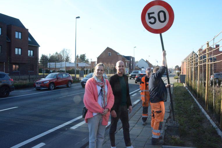 Burgemeester De Rudder en schepen Ruts lieten dinsdag nieuwe verkeersborden neerpoten door de technische dienst.