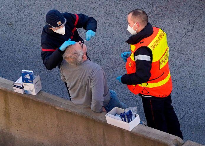 En décembre, les routiers devaient subir des tests pour passer la frontière française. Les services de santé s'en chargeaient. Désormais, ils doivent faire leur test seuls.