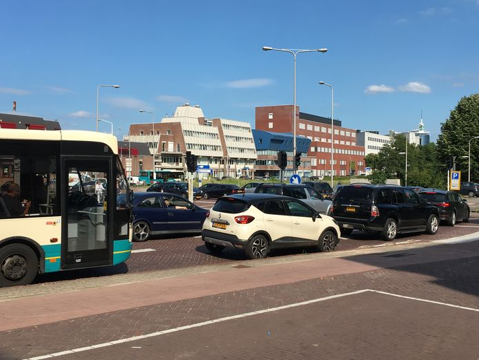 Het verkeer in het centrum van Deventer liep in rap tempo vast.