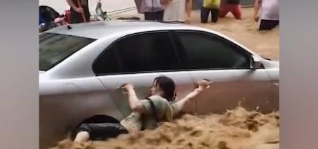 Il se jette à l'eau pour sauver une femme emportée par les inondations