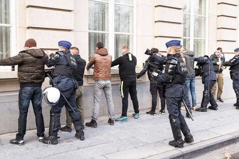 Gele hesjes worden staande gehouden door de politie in Frankrijk. Beeld BELGA
