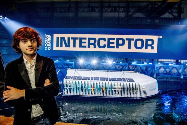 Boyan Slat bij de presentatie van zijn afvalboot in Rotterdam in 2019. Beeld EPA