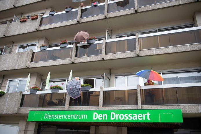 De bewoners van dienstencentrum Den Drossaert dansen elke dag van op hun terras met danslerares Lynn.