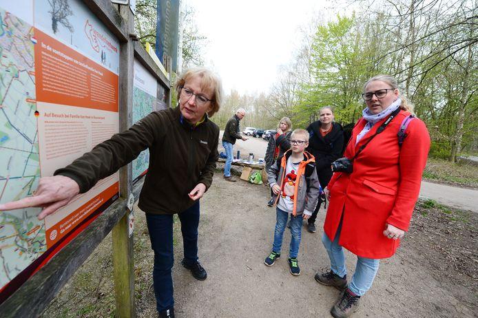 Vrijwilligers Thea te Brake en Thom Dijkman van Natuurmonumenten ingezet als ontvangstcomité voor bezoekers aan Buurserzand. Ze vragen aandacht voor het broedseizoen dat is aangebroken.
