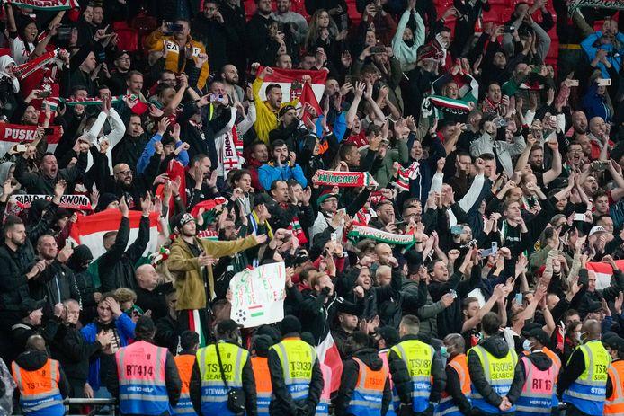 Hongaarse fans op de tribunes.