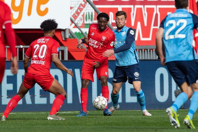 Queensy Menig in in duel met FC Utrecht-verdediger Hidde ter Avest .
