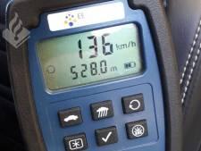 Man rijdt 76 kilometer te hard tussen Bathmen en Laren: rijbewijs kwijt