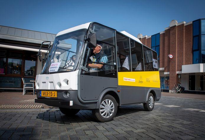 Het is zover. De Stap-In-Stap-Uit-bus rijdt. Hier op de Overwelving in het centrum van Zutphen.
