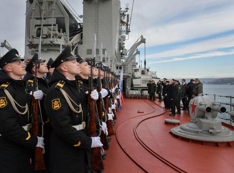 De Russische president Vladimir Poetin bezoekt de kruiser Maarschalk Oestinov in de Zwarte Zee-haven Sebastopol. Beeld via REUTERS