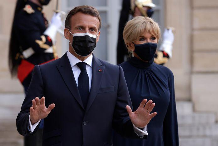 Emmanuel Macron accompagné de sa femme Brigitte sur le perron de l'Élysée ce mardi 18 mai.