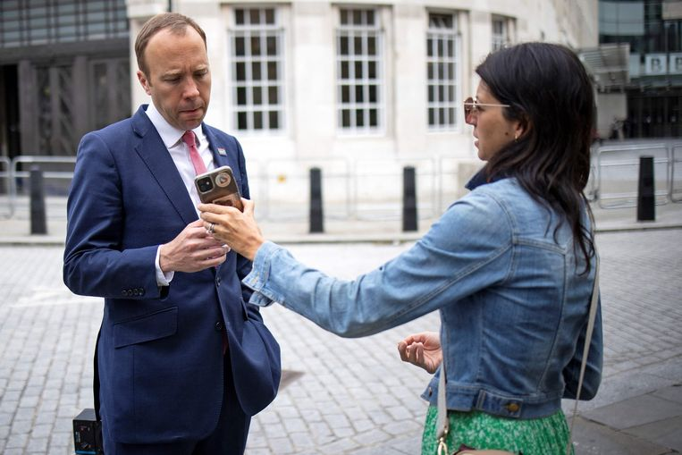 Minister van Volksgezondheid Matt Hancock met zijn assistent Gina Coladangelo. Zoenend op camerabeelden. Beeld AFP