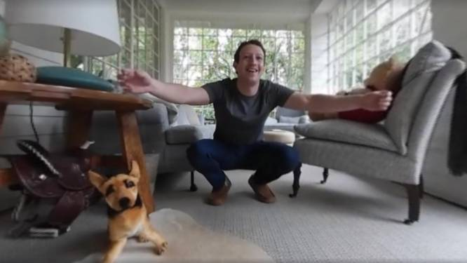 Het dochtertje van Mark Zuckerberg kan lopen en dat deelt hij op een heel bijzondere manier