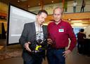 Pieter Raes (l) van kenniscentrum KikMpi en Jos van de Velde (Dow) bekijken een drone die de binnenkant van een opslagtank kan controleren
