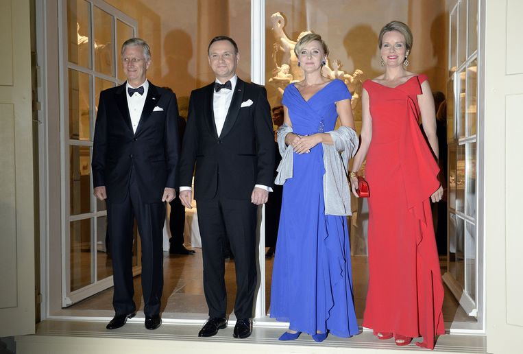De Poolse president Andrzej Duda en first lady Agata Kornhauser-Duda ontvangen hun eregasten koning Filip en koningin Mathilde. Beeld BELGA