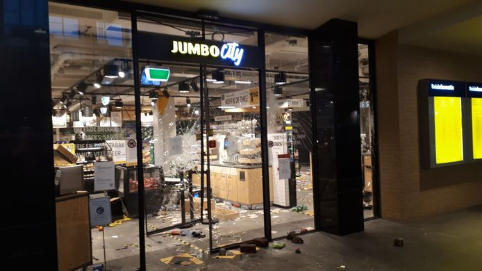 De Jumbo City op station Eindhoven geplunderd.