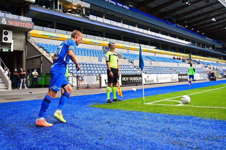 Genk-speler Jere Uronen trapt een hoekschop in de lege Luminus Arena. Beeld Photo News