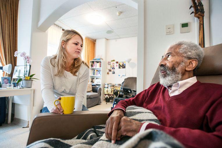 Mantelzorger in gesprek met 87-jarige man. Beeld Guus Dubbelman / de Volkskrant
