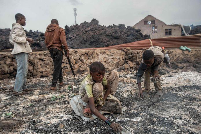 Kebakaran dan asap yang kuat dipancarkan dari batuan cair hitam saat mereka menelan rumah-rumah menuju Bandara Goma di tepi Danau Kivu.  (Foto oleh Moussa Swasawa / AFP)