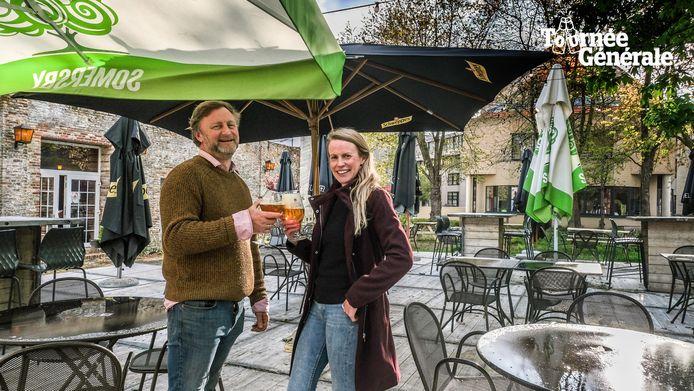 Justin Bedford en Caroline Foley, op hun prachtig zonneterras achteraan Mary's Irish Pub.