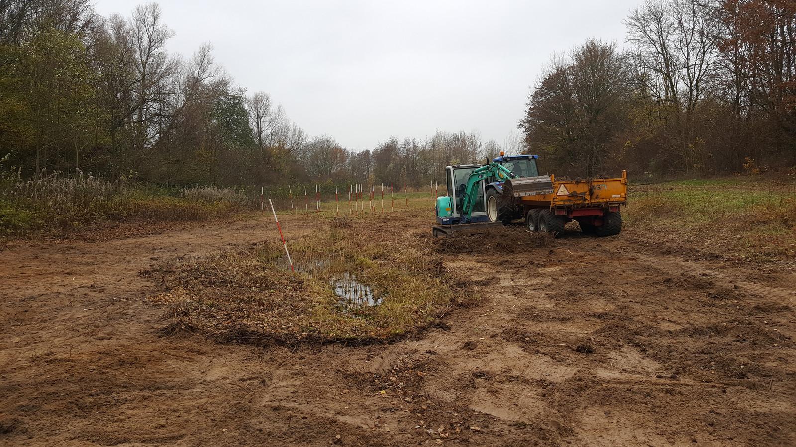 Onder begeleiding van Utrechts Landschap wordt een laagje grond afgeplagd.