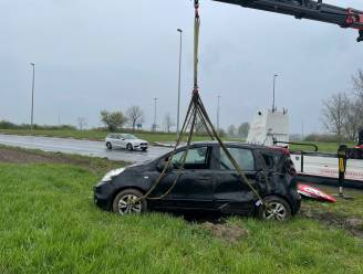 Nat wegdek verrast automobiliste na bocht afrit E17 in Kortrijk