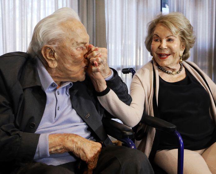 Kirk Douglas kust de hand van Anne op een feestje voor z'n 100ste verjaardag