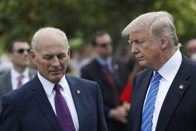 De Amerikaanse minister van Binnenlandse Veiligheid John Kelly met president Donald Trump. Beeld AFP