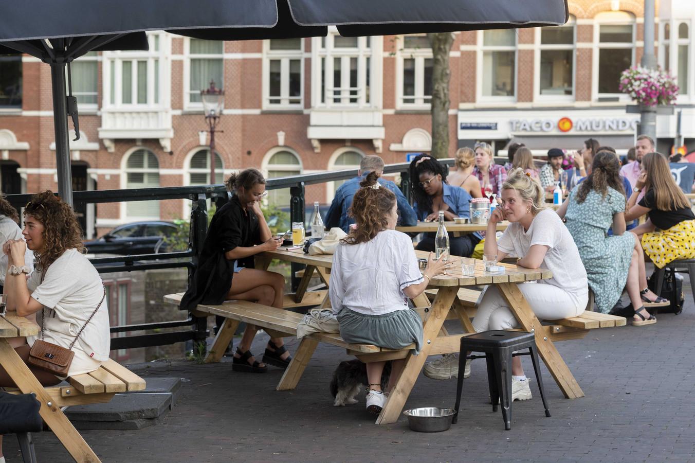 Jongeren op een Amsterdams terras.