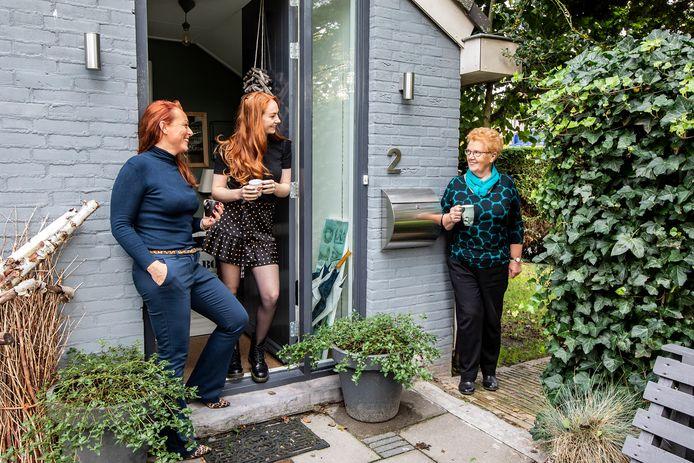 Jolanda van den Berg en Madelief Wolf bij de voordeur van hun huis naast dat van oma Janna van den Berg-Stuij, over de impact van het coronavirus op hun leven.