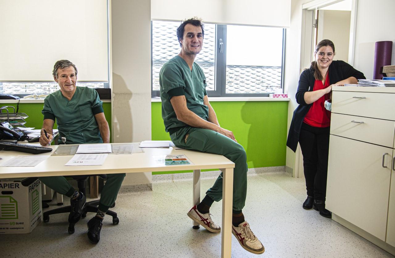 Dokter/kniechirurg Toon Claes, orthopedisch chirurg Steven Claes en Nathalie van Beek (wetenschappelijk medewerkster)
