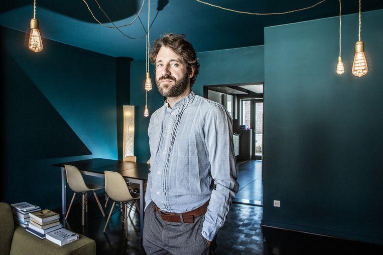 Joachim Brackx in het appartement dat hij via Airbnb verhuurt. Beeld Bob Van Mol