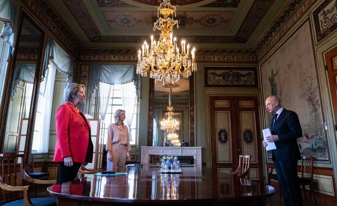 Verkenners Annemarie Jorritsma (VVD) en Kajsa Ollongren (D66) ontvangen Eerste Kamervoorzitter Jan Anthonie Bruijn voor een gesprek in de Stadhouderskamer. Jorritsma en Ollongren zoeken uit welke partijen een mogelijke coalitie kunnen vormen.