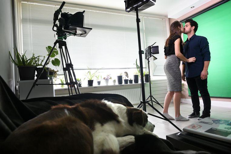 Adri geeft Davide nog even een kus voor de opname. Beeld Marcel van den Bergh / de Volkskrant