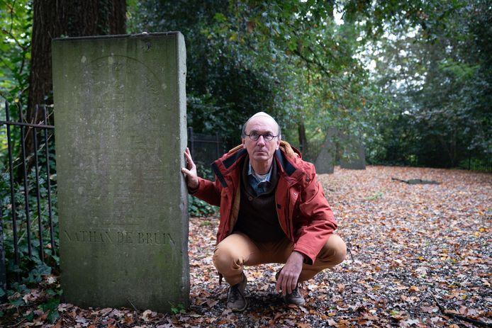 Schrijver Daniël van den Bos bij het graf van Nathan de Bruin op begraafplaats de Sandberg in Arnhem.