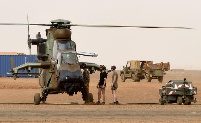 Franse technici controleren een legerhelikopter van het type Eurocopter Tiger. Een soortgelijk toestel is neergestort.