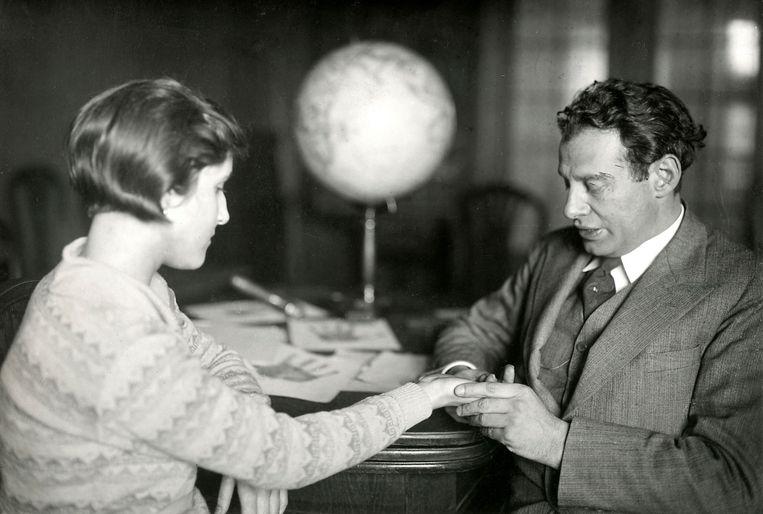 Professor Julius Spier van het Berlijns Instituut voor Handlijnkunde geeft een consult, 1930. Beeld Nationaal Archief/Collectie Spaarnestad/Het Leven